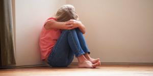 10359-child-floor-sad-trending